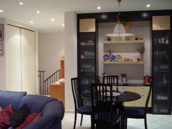 Vendesi appartamento con accesso interno a taverna e caminetto a Limite